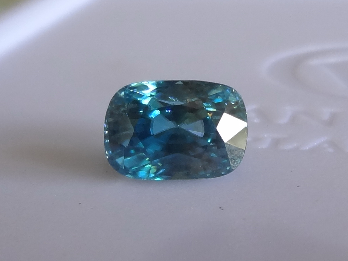 Large blue Zircon oval, very good blue color.