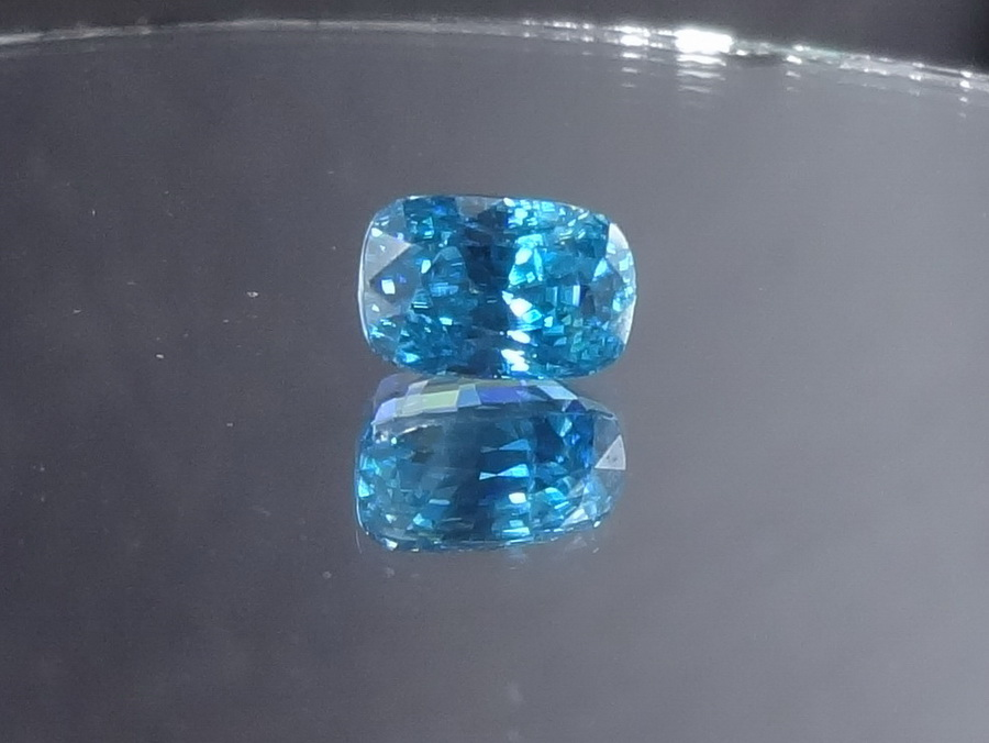 Deep Blue to Turquoise 4.6ct Zircon Cushion Gemstone For Sale
